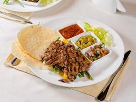fajitas de steak grillé sur la plaque photo