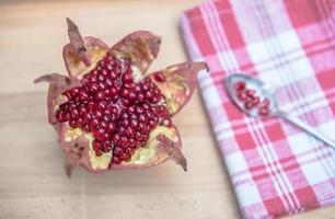 granatapfel sternförmig geöffnet komposition 6 photo