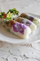 rouleaux de papier de riz faits maison avec des fleurs comestibles