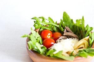 salade de langue de boeuf, laitue, tomates, fromage, œufs brouillés
