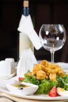 salade de calamars servie avec du vin