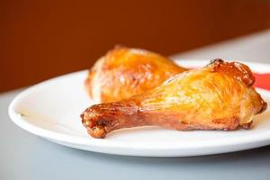 pilons de poulet rôti sur plaque blanche