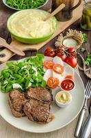 steak de boeuf avec salade photo