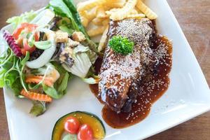 steaks et légumes grillés photo