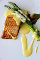 saumon cuit au four et asperges