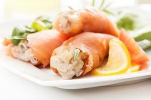 rouleau de saumon fumé avec salade de légumes photo