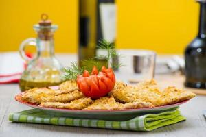 poitrine de poulet panée avec frites photo