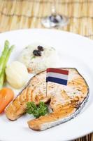 steak de saumon grillé photo