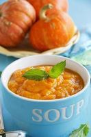 soupe à la crème de légumes (citrouille, carotte). photo