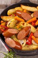 dîner de pommes de terre et saucisses