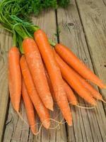carottes contre les planches de bois vieillies photo