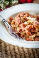 oignons mijotés avec saucisse. photo
