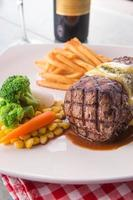 steak grillé servi avec sauce hollandaise