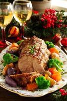 rôti de porc aux légumes et épices. photo