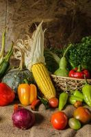 légumes, herbes et fruits nature morte.