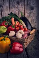 Légumes biologiques frais sur table en bois photo