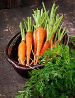 carottes fraîches sur fond en bois ancien photo