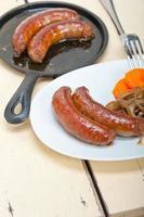 saucisses de boeuf cuites sur une poêle en fer photo