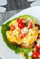 œuf brouillé avec tofu et légumes mélangés sur toast