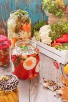 assortiment de légumes mélangés dans des pots de conservation photo