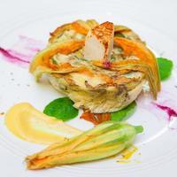 omelette aux courgettes et au fromage à la crème épicé. photo