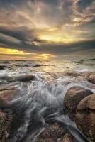 coucher de soleil vague de roche photo
