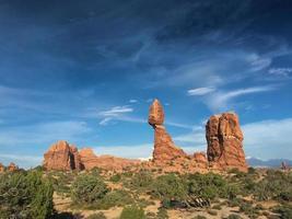 vue large de la roche équilibrée photo