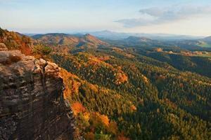 coucher de soleil d'automne dans les rochers. roches de grès et vallée colorée d'automne