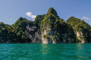 rocher de l'île dans la mer photo