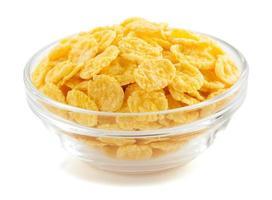 flocons de maïs dans un bol sur blanc