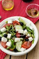 salade grecque salade bulgare aux légumes d'été, olives et feta photo