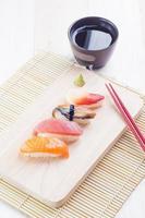 ensemble de sushis japonais savoureux photo