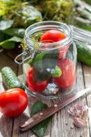 légumes et herbes dans le bocal en verre pour la mise en conserve domestique.