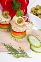 amuse-gueules: pain, poivrons, concombre, fromage et olives