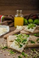 petit-déjeuner sain, pain croustillant au fromage à la crème biologique