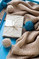 un vieux cahier en couverture tricotée photo
