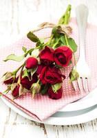 roses rouges sur plaque photo