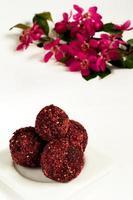 bonbons de printemps: truffes au chocolat avec des fleurs photo
