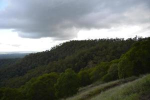 tempête contre chaîne de montagnes.