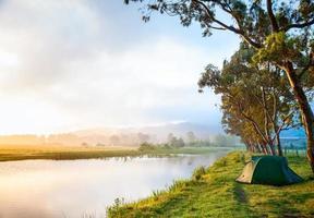 camping au bord d'une rivière photo