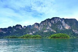 barrage de ratchaprapa au parc national de khao sok photo