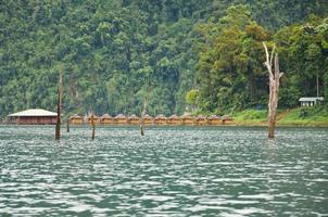 belle montagne entourée d'eau, attractions naturelles en r photo