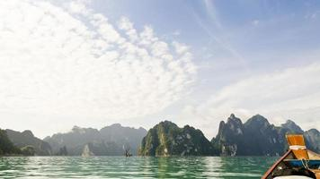 belles hautes montagnes et rivière verte (guilin de thaïlande). photo
