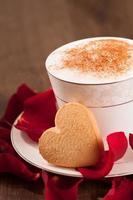 Gros plan image belle forme de coeur cookie et tasse de café photo