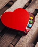 de nombreux coeurs de pain d'épice différents dans une boîte cadeau en forme de coeur photo