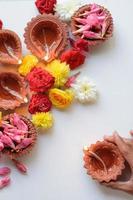 lampes diya en argile colorée allumées pendant la célébration de diwali