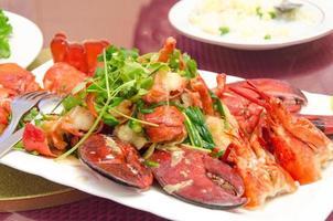 assiette de homard frit sur un wok à la coriandre photo