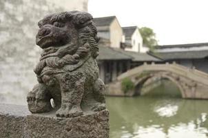 ancienne sculpture de lion foo en Chine photo