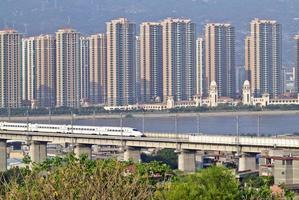 supertrain sur pont en béton, sur la côte sud-est de la Chine