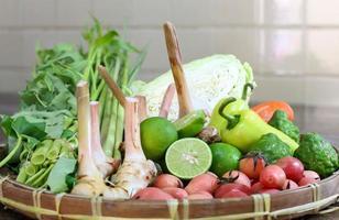 mélanger les légumes et les herbes dans le panier photo